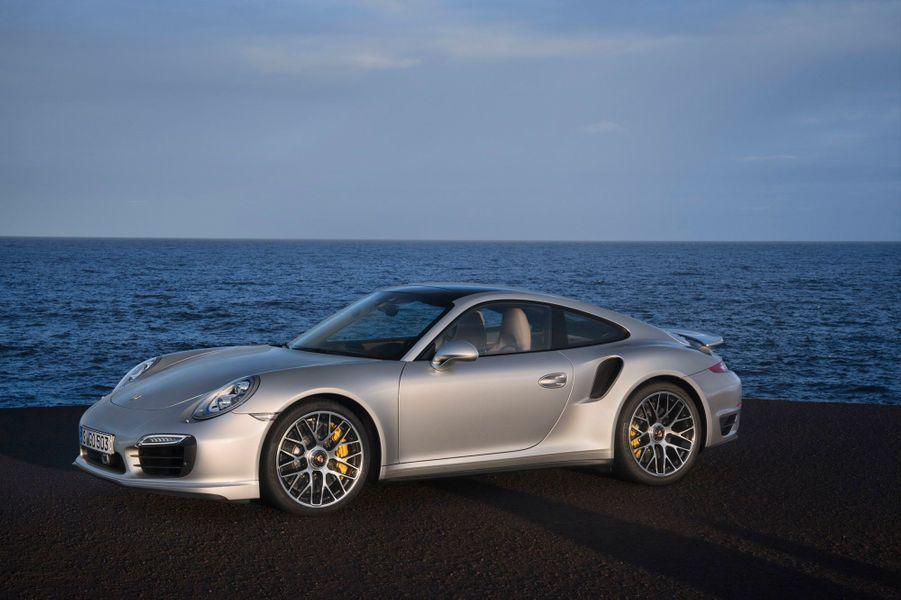 Les performances annoncées par Porsche sont impressionnantes: 318 km/h en vitesse de pointe pour la version Turbo S.
