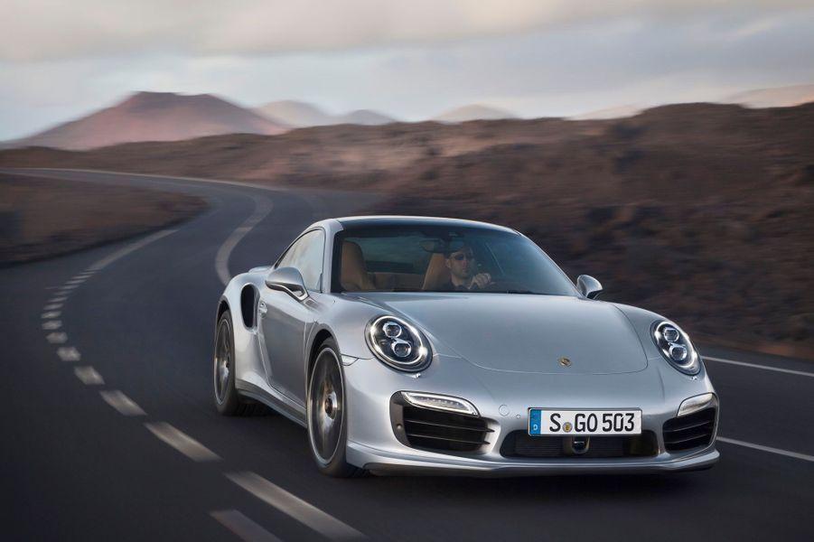 La nouvelle Porsche 911 Turbo a été dévoilée par Porsche et ses caractéristiques techniques donnent le tournis: jusqu'à 560 chevaux pour la radicale version Turbo S, qui peut abattre le 0 à 100 km/h en 3,1 secondes.