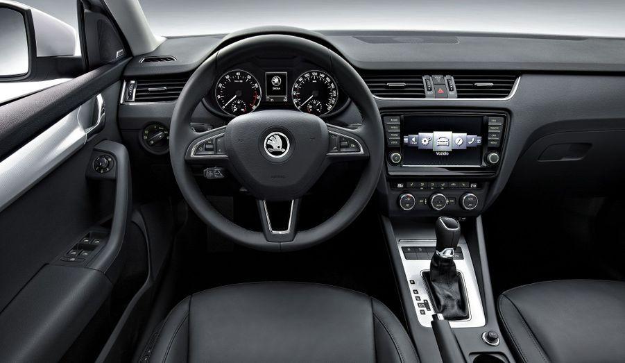 A bord, la présentation est aux standards VW: sérieuse et, semble-t-il, bien finie. La berline tchèque se piquerait même de faire dans le luxe, avec un système multimédia à grand écran tactile sur les finitions hautes et un autoradio hifi.