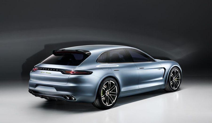 Sous le capot, le concept Sport Turismo reprend le système hybride étrenné sur la berline et le 4x4 Cayenne: un V6 essence de 333 chevaux, accompagné d'un moteur électrique plus puissant, pour une puissance totale de 416 chevaux. Elle peut fonctionner en mode tout-électrique pendant 30 km, jusqu'à 130 km/h. Elle est également rechargeable.