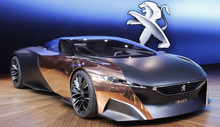 Malgré la crise qui frappe PSA, Peugeot n'oublie pas de faire rêver. Avec son Onyx présenté au mondial de l'Automobile de Paris, le constructeur au lion impose une supercar paradoxale, car française, diesel et hybride.