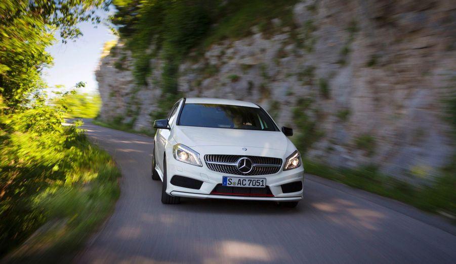Adieu le petit monospace aux velléités familiales: la nouvelle Classe A est dessinée pour faire mal à la BMW Série 1 et à l'Audi A3. Et la plus petite des Mercedes joue la carte du premium avec élégance.
