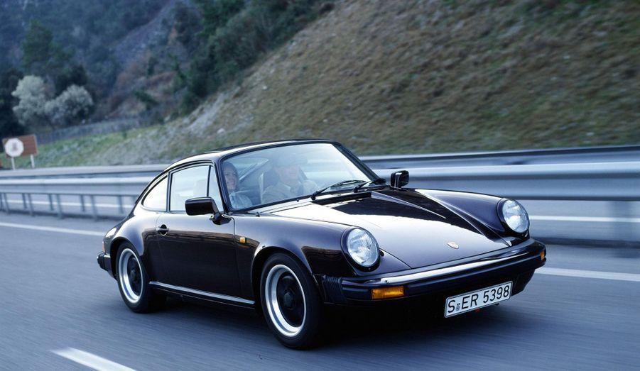 Sans être une refonte complète, la seconde génération de 911, dite série G, apporte de nombreuses innovations. En 1974, la 911 Turbo fait son apparition, qui devient instantanément un classique.