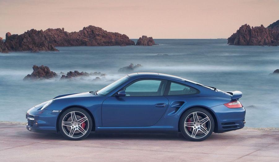 Lancée en 2004, la 911 997 réussit la prouesse d'être plus puissante, plus performante et moins polluante que la version précédente. A partir de 2008, elle reçoit l'injection directe et une boîte à double embrayage.