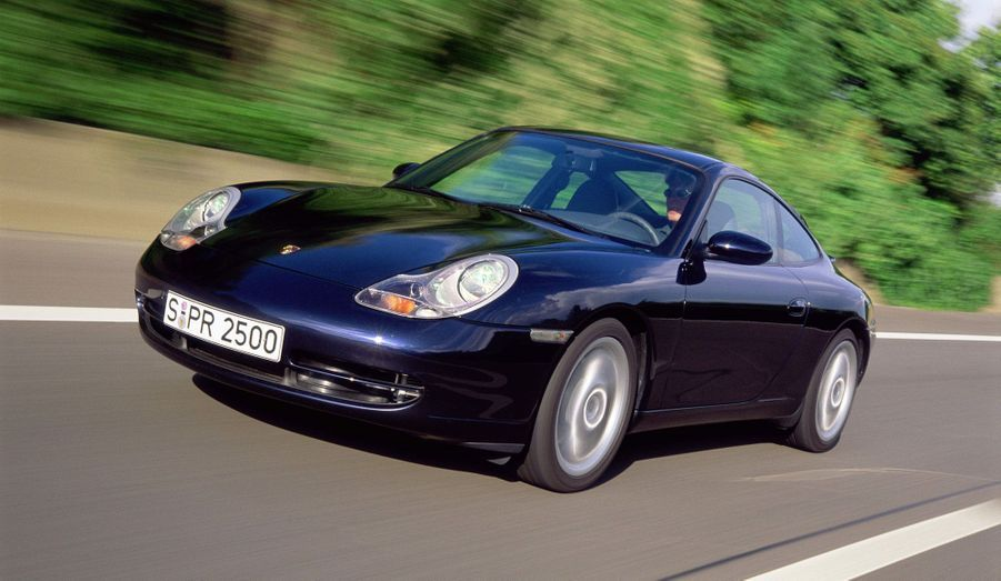 En 1997, la 911 996 fait son apparition. Voiture à 100% nouvelle, elle abandonne le refroidissement par air et fait entrer Porsche dans le XXIème siècle.