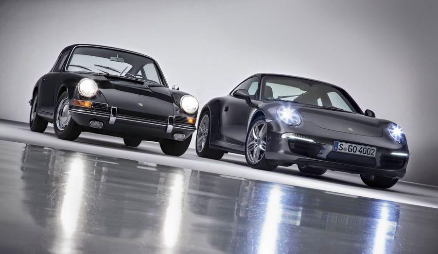 La sportive par excellence fête cette année sa cinquantième année de carrière. Pendant un demi-siècle, la Porsche 911 a réinterprété son look inimitable et imposé des solutions techniques qui la distinguent encore aujourd'hui du reste de la production. Pour fêter cet anniversaire, ParisMatch.com revient en images sur cette automobile d'exception. Sur cette image, la première génération côtoie la dernière. La descendante, ici en version 4S, a beaucoup évolué, avec ses quatre roues motrices et sa puissance de 400 chevaux. Mais le moteur en position longitudinale arrière est toujours un «flat-six» et la ligne de la carosserie est dictée par celle de l'ancêtre.
