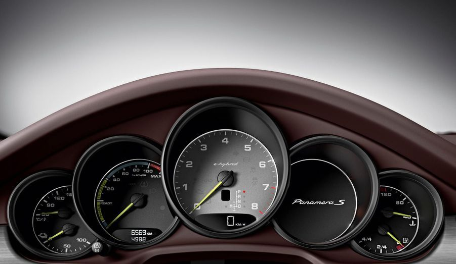 Sur le tableau de bord de la S E-Hybrid, un compte-tour traditionnel -placé au centre, comme toujours chez Porsche-côtoieun indicateur d'utilisation de la batterie.