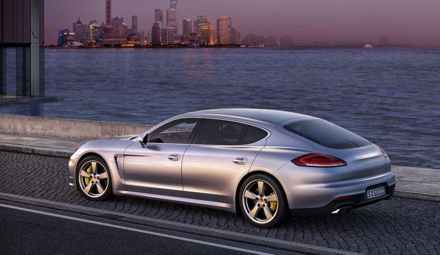 Même étirée, la Porsche Panamera demeure une belle auto, avec les lignes fluides typiques de la marque allemande.