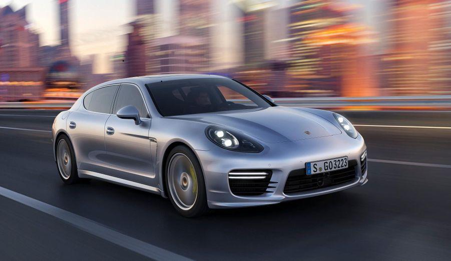 Porsche a dévoilé la nouvelle version de sa grande berline, la Panamera. Peu de changement à l'extérieur, mais de nouveaux moteurs et l'apparition d'une déclinaison Executive, dotée d'un empattement plus grand de 15 cm. La Panamera Turbo Executive, ici en photo, sera présentée au salon de l'Automobile deShanghaifin avril. Les clients chinois raffolent des versions rallongées.