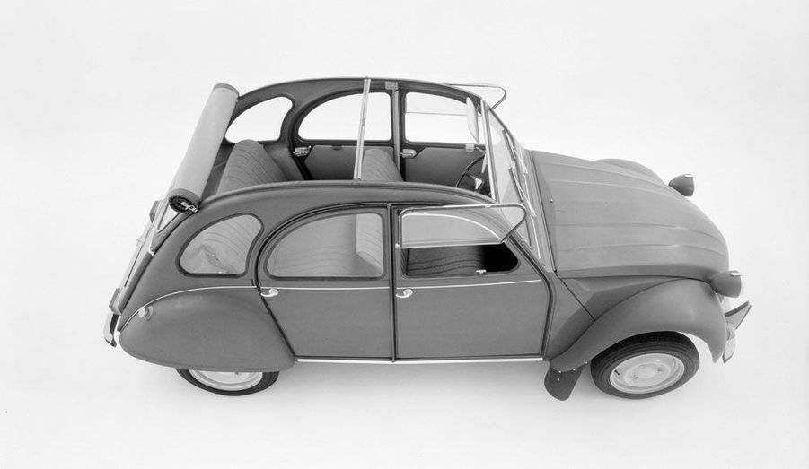 La plus emblématique des Citroën, produite de 1948 à 1990, possédait un toit en toile très pratique. La DS3 Cabrio présentée au mondial de l'Automobile de Paris reprend le même principe.