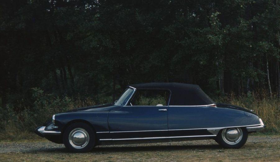 C'est le carrossier Henri Chapron qui a conçu la première DS Cabriolet en 1958.