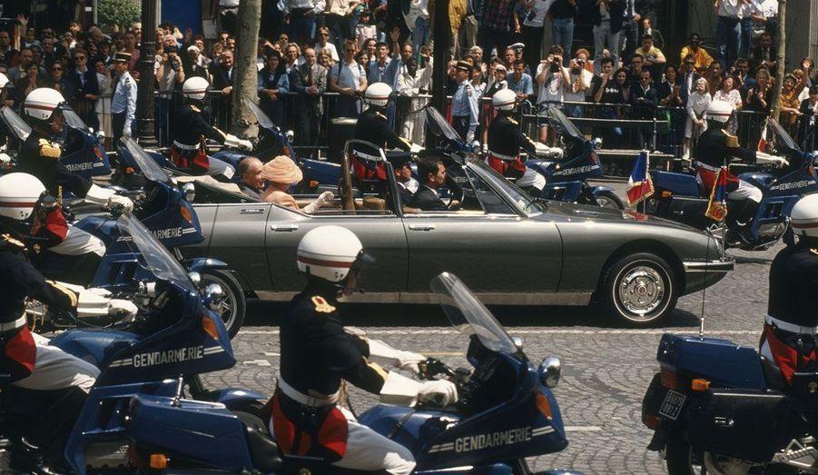 Lorsqu'en 1992 la reine Elizabeth II effectue une visite en France, c'est à bord de la SM présidentielle qu'elle remonte les Champs-Elysées aux côtés de François Mitterrand.