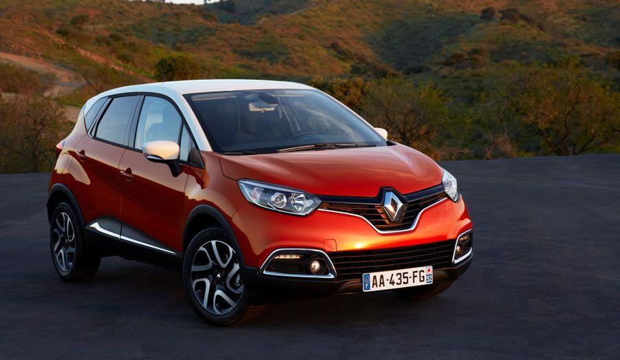 Renault vient de dévoiler son nouveau crossover, le Captur. Basé sur plateforme voisine de celle de la Clio et de son cousin le Nissan Juke, il apparaît surtout comme la réponse du Losange au Peugeot 2008, révélé il y a quelques jours. Sa ligne reprend avec succès le style imposé par Laurens van den Acker sur la Clio. Seul regret, ce Captur de série est bien loin de l'extravagant concept du même nom, dévoilé en février 2011.