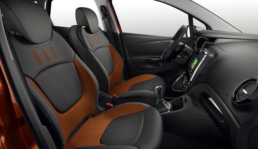 A l'intérieur, le Captur évoque toujours la Clio, sans la plagier totalement. Le grand écran central détaché de la planche de bord semble appelé à devenir la signature des nouvelles Renault.