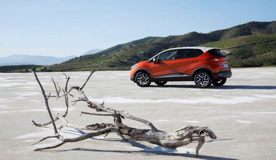Renault promet que son Captur est à la fois très compact (4m12) et très habitable. Il aurait également le mérite d'associer une position de conduite haute de monospace à des sensations de berline compacte. Si, dans ce dernier domaine, le Captur s'inspire du Juke, il pourrait bien tenir son pari.