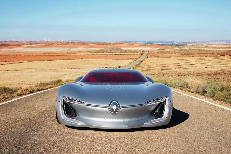 La Renault Trezor, large de plus de 2 mètres à l'avant, en impose sur la route