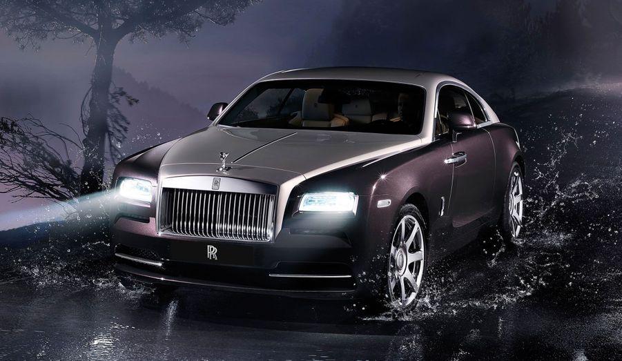 Le constructeur britannique Rolls Royce a présenté au salon de Genève son nouveau coupé, la Wraith. Comme il se doit, l'auto offre une débauche de luxe, de puissance et de technologie. Avec 624 chevaux tirés de son V12, elle est même la Rolls la plus puissante jamais produite. GT d'exception, elle offre tous les raffinements habituels des autos portant le Spirit of ecstasy au bout du capot: chromes, matériaux nobles, bois précieux... Elle s'offre aussi une percée technologique avec un étonnant système qui connecte le GPS à la transmission à huit rapports, afin de pré-selectionner en permanence le rapport adapté à l'état de la route.