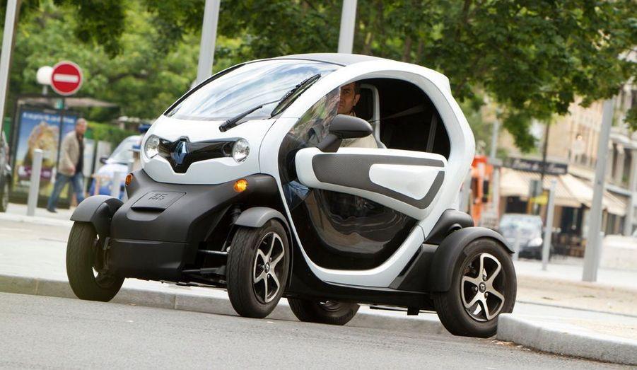Les plus: Electrique donc silencieuse et peu onéreuse à l'usage, comportement enjoué, accélérations franches, facile à garer. Les moins: Portières en option (590 €), pas de vitres, coffre (40 litres) et place arrière riquiqui, suspensions sèches, autonomie limitée (70 km), location de la batterie (50 €/mois). 6 990 € l L : 2,34 m 0 l/100 km l CO2 : 0 g/km