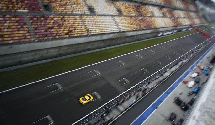 Une Ferrari 458 Italia s'approprie la piste