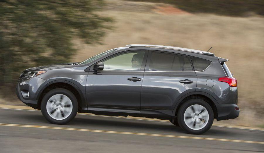Pour l'Europe, le Rav4 disposera de trois moteurs. Un 2.0 litres diesel de 124 chevaux, un 2.2 litres diesel de 150 chevaux et un 2.0 litres essence de 151 chevaux. Le plus petit des diesel émet 127 g de CO2 par km. Sur l'ensemble de la gamme, Toyota revendique une baisse des émissions de 12%.