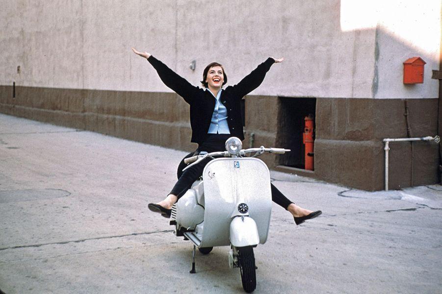 Dix ans après l'apparition du scooter italien, l'actrice américaine Natalie Wood épanouie au guidon