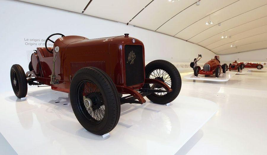 Cette Alfa 40/60 de 1913 évoque les débuts d'Enzo Ferrari, qui a d'abord travaillé pour le constructeur Alfa Romeo et piloté ses voitures.