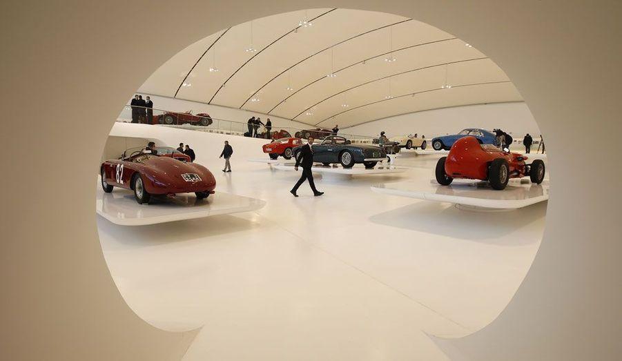 La Casa Enzo Ferrari vient d'ouvrir à Modène, en Italie. Ce musée dédié entièrement à l'oeuvre du génial pilote et industriel italien retrace sur 6000 m² la carrière du «Commendatore», de ses exploits en course, avec sa Scuderia Ferrari, au lancement des modèles mythiques de la marque Ferrari, qu'il a créée en 1947. Dans le bâtiment flambant neuf, de nombreuses voitures de légendes sont exposées. ParisMatch.com vous propose une visite en images.