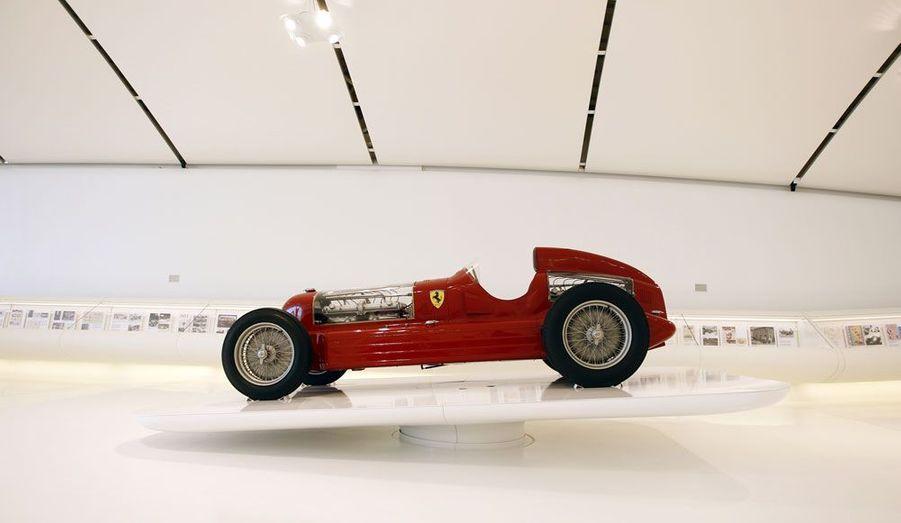 L'Alfa Romeo Bimotore est dotée de deux moteurs, l'un placé à l'avant, l'autre à l'arrière. Sur une version spéciale, cette combinaison a pu atteindre une puissance totale hallucinante de 540 chevaux. C'est une voiture de record: elle réalisa en 1935 le trajet Florence-Livourne à la vitesse moyenne de 323 km/h.