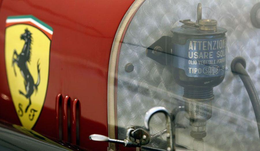 Le fameux logo au cheval cabré était déjà celui de la Scuderia Ferrari, comme sur cette Alfa Romeo Bimotore de 1935, avant de devenir celui du constructeur automobile le plus célèbre de la planète.