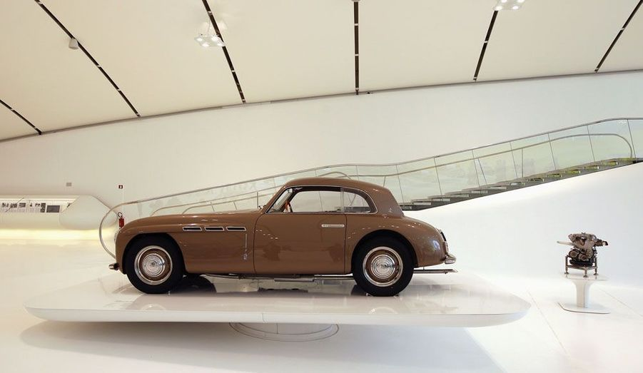 Cette Maserati A6/1500 de 1947 est tout à fait à sa place: Maserati a reçu l'assistance d'ingénieurs Ferrari à ses débuts en compétition. Et depuis 1993, le destin des deux marques est lié au sein du groupe Fiat.