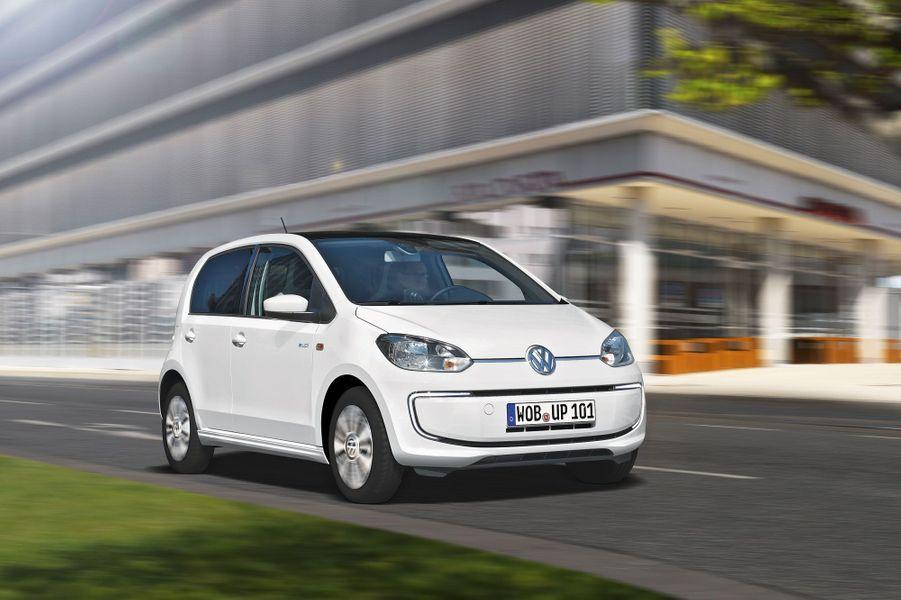 Volkswagen e-UpLa VW concilie les atouts de la Up (compacité, maniabilité) et ceux de la voiture électrique (silence, zéro émission). Confortable et bien équipée,l'e-Up coûte 5 000 € de plus que la Zoe, mais sa batterie est comprise dans le prix. 82 ch, 130 km/h, 120 km d'autonomie, 19 650 €.