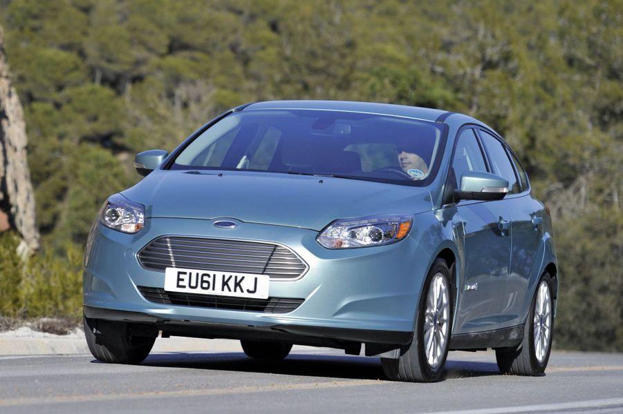 Ford FocusDix mille euros plus chère que sa rivale de chez Nissan, cette Focus électrifiée est distribuée dans cinq points de vente en France. Si elle compose avec un coffre au volume réduit (275 litres), elle offre les prestations d'une Focus thermique, assorties d'une garantie cinq ans.142 ch, 137 km/h, 130 km d'autonomie, 33 690€