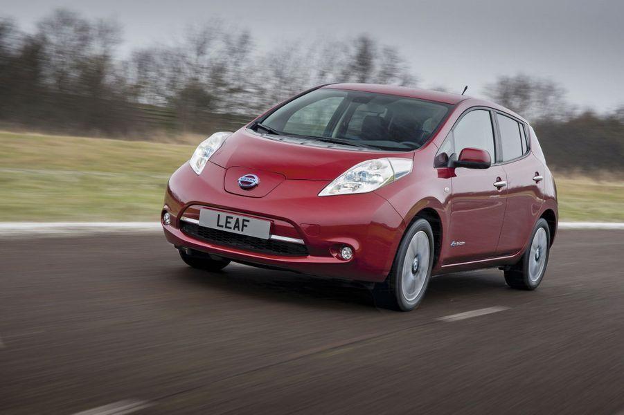 Nissan LeafDéjà vendue à 54 000 exemplaires, la première-née des électriques vient de subir plus de 100 modifications, dont l'augmentation de l'autonomie (+ 25 kilomètres) et du volume du coffre (+ 40 litres). Un plus pour cette japonaise ultra zen à conduire. 109 ch, 144 km/h, 140 km d'autonomie, 23 890 €