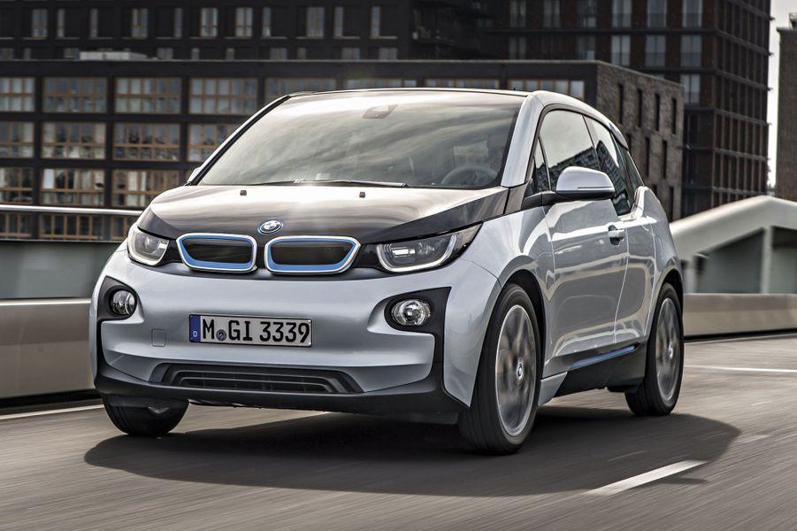 Inéluctablement, l'offre s'étoffe. Parce qu'elle est silencieuse et ne rejette pas un gramme de CO2, l'automobile électrique attire de plus en plus de citadins… surtout quand son tarif tend vers celui de ses concurrentes à moteur thermique. Revue de détail. Par Lionel Robert BMW 13Première incursion de BMW dans l'électrique, l'i3 allie légèreté (1 195 kilos), compacité (4 mètres de long) et performances, sans sacrifier le confort. Grâce à un prolongateur d'autonomie (+ 4 710 €) et quelques gouttes de sans-plomb, elle peut même parcourir 150 kilomètres de plus.170 ch, 150 km/h, 150 km d'autonomie, 28 690€.