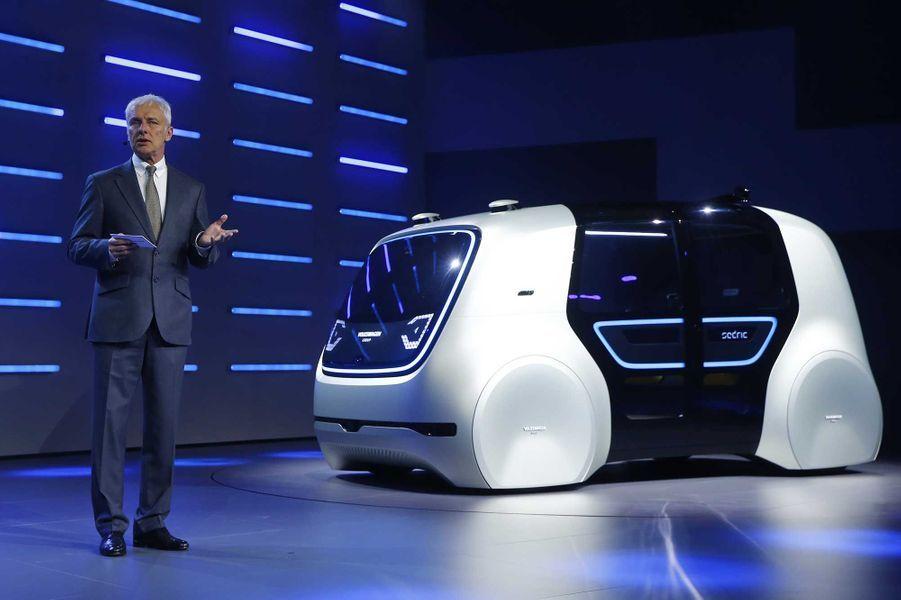 Le patron de VolkswagenMatthias Müller devant son prototype de voiture autonome.
