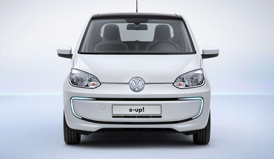 La e-up! conserve le look sympa de la citadine de VW. Ses entrailles, en revanche, diffèrent: elle abrite des batteries et un moteur électrique dispensant 82 chevaux. L'autonomie n'est pas époustouflante, avec 150 km annoncés. La e-up!, avec une vitesse de pointe de 135 km/h, sera donc réservée à un usage urbain. Elle est aussi considérablement plus lourde que sa soeur à moteur thermique: avec plus de 250 kg en plus et un total de 1185 kg, la e-up! est loin d'être une ballerine.