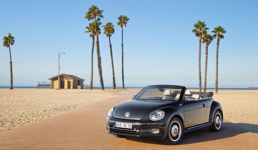 Volkswagen va présenter à Los Angeles la déclinaison cabriolet de sa Coccinelle nouvelle génération. Plus que jamais, la «Cox» joue de la fibre rétro. Avec succès.