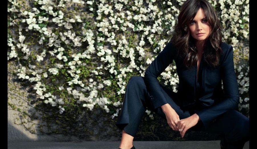 """Katie Holmes est le nouveau visage de la marque de prêt-à-porter Ann Taylor pour la campagne Printemps 2011. Après avoir été l'égérie de Miu-Miu pour sa campagne Printemps 2009, la femme de Tom Cruise réitère l'expérience de la mode. """"Je suis fan d'Ann Taylor depuis que je suis petite, a expliqué l'actrice sur le blog de la marque. J'ai grandi en aimant ces vêtements…. Et je suis vraiment excitée d'être le visage d'Ann Taylor pour le printemps 20011. Je suis ravie de travailler pour une marque en laquelle je crois"""". De son côté, la marque s'est réjouie: """"Katie personnifie la marque Ann Taylor - intelligente, talentueuse, incroyablement chic et vivant une vie pleine de beauté et de grâce. Nous admirons et respectons Katie pour son intelligence, sa gentillesse et son style personnel et durable"""", déclare Christine Beauchamp, présidente des magasins AnnTaylor Corp sur le site de la comédienne. Heidi Klum et Naomi Watts étaient les précédentes égéries de la marque américaine de sportswear."""