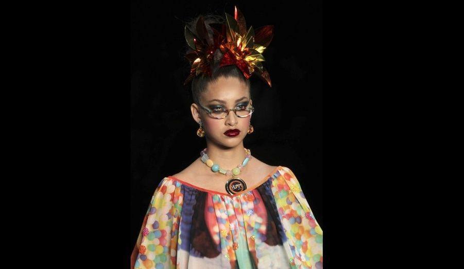 Un mannequin défile dans une création Alessa, durant la Fashion Week de Rio de Janeiro, au Brésil.