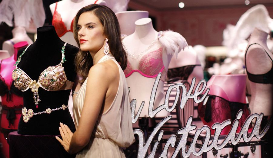 Alessandra Ambrosio révèle le soutien-gorge Floral Fantasy de Victoria's Secret dans l'une des boutiques de la marque à New York.