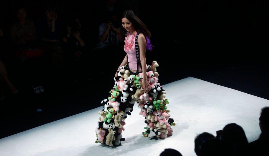 Un mannequin défile avec une création de stylistes émergents présentés par Femina Magazine lors de la Fashion Week de Shanghai.