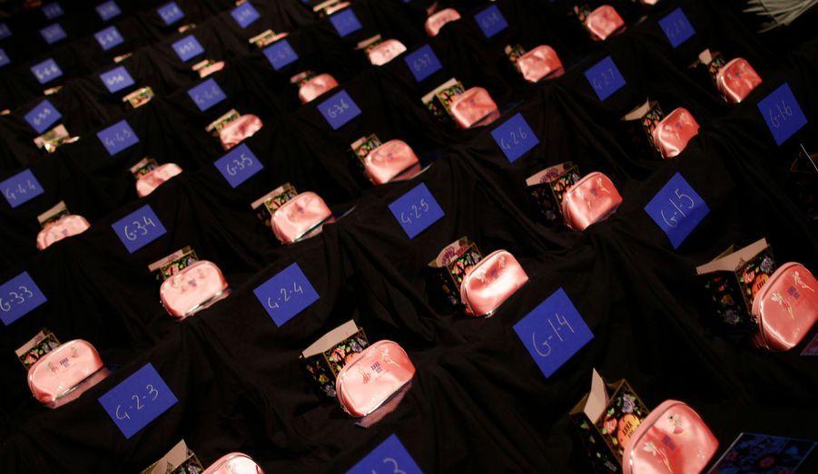 Des paquets cadeaux attendent l'arrivée des invités du défilé Anna Sui, à l'occasion de la Fashion Week new yorkaise.