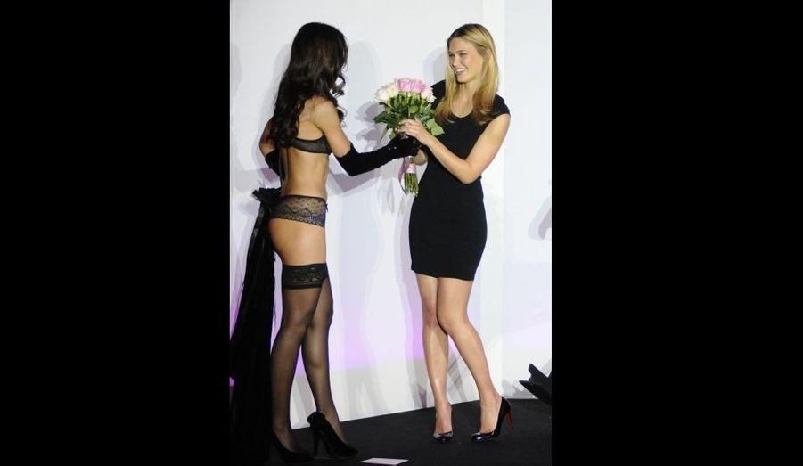 """Le top model israélien Bar Rafaeli a dévoilé mardi soir la collection de lingerie Passionata pour l'automne/hiver 2010-2011, sous le thème d'une nouvelle """"pin-up parisienne"""". """"J'ai été ravie de jouer les Brigitte Bardot d'un jour"""", a déclaré, souriante, la magnifique jeune femme."""