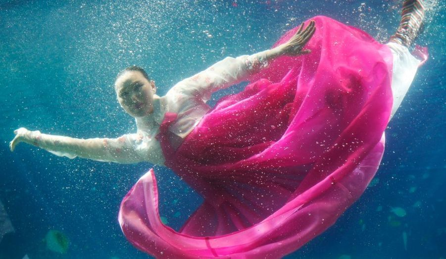 Un mannequin coréen porte une tenue traditionnelle lors du Underwater Hanbok Fashion Show de Séoul, hier.