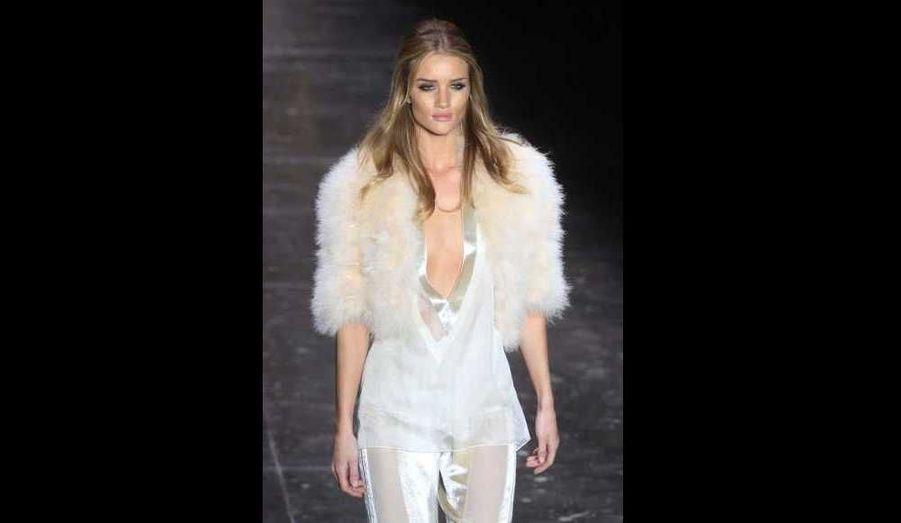 Rosie Huntington-Whiteley présente une création de la collection Hiver 2012 de la marque Animale, à l'occasion de la Fashion Week de Sao Paulo.