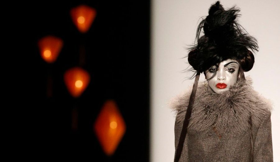 Une mannequin entièrement maquillée qui défile pour Guido Maria Kretschmer à l'occasion de la Fashion Week de Berlin Automne/Hiver 2012.