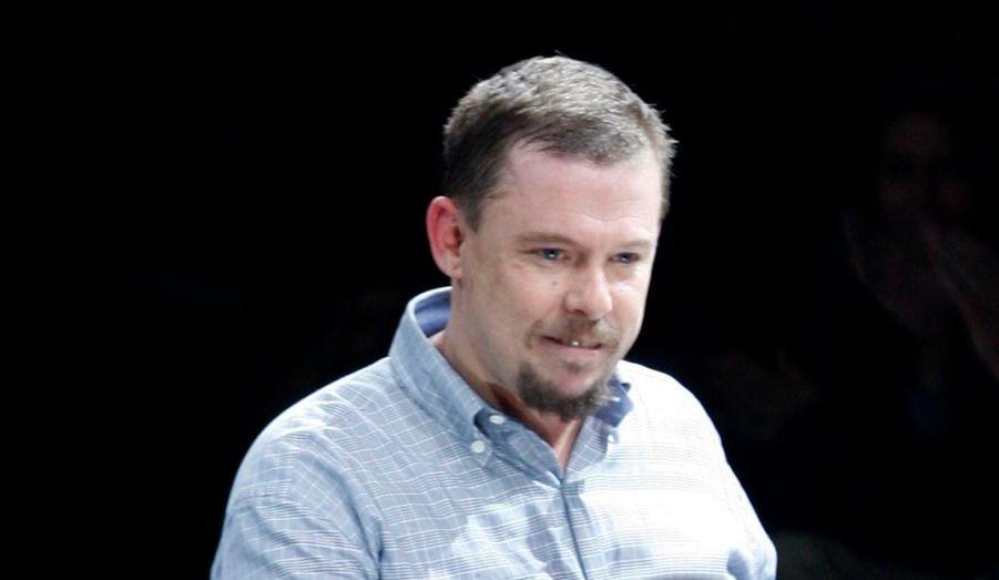 Le styliste anglais Alexander McQueen a été retrouvé mort chez lui, révèle le Daily Mail, qui évoque un suicide. Il avait 40 ans.