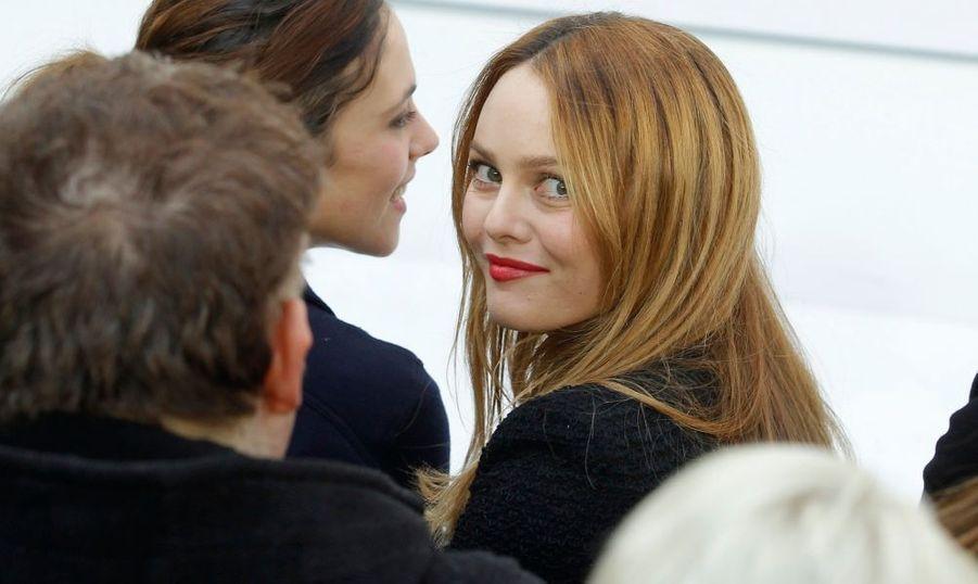 Vanessa Paradis, égérie de la marque, était au premières loges du défilé de prêt-à-porter Chanel automne-hiver 2010-2011, ce mardi à Paris.