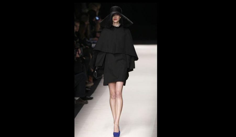 Une création de la maison Yves Saint-Laurent, qui a présenté sa collection de prêt-à-porter féminin automne-hiver 2010-2011 hier à Paris.