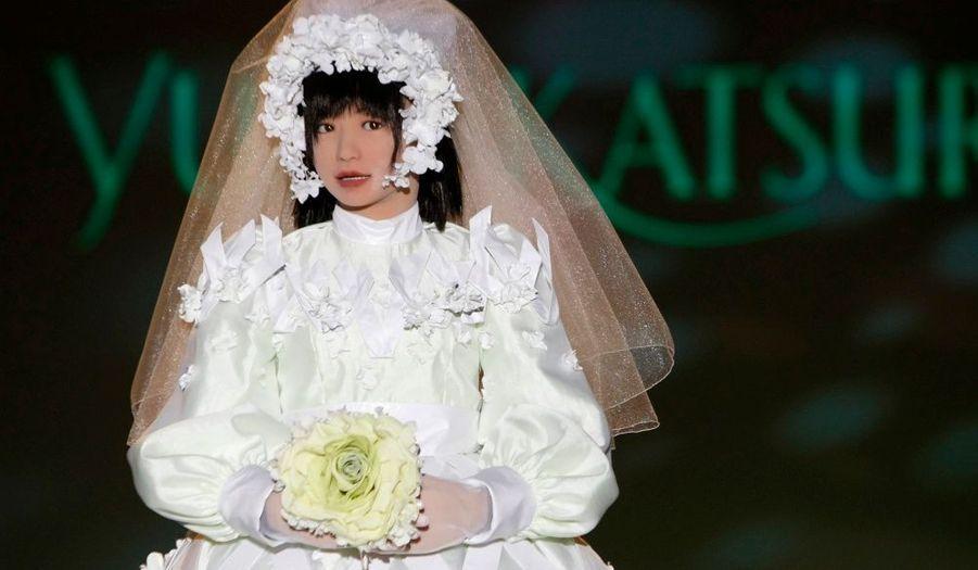 """Le couturier nippon Yumi Katsura a présenté hier sa nouvelle collection de vêtements portés par des robots à Osaka (Japon), notamment le robot """"Miim"""" vêtu d'une robe de mariée."""